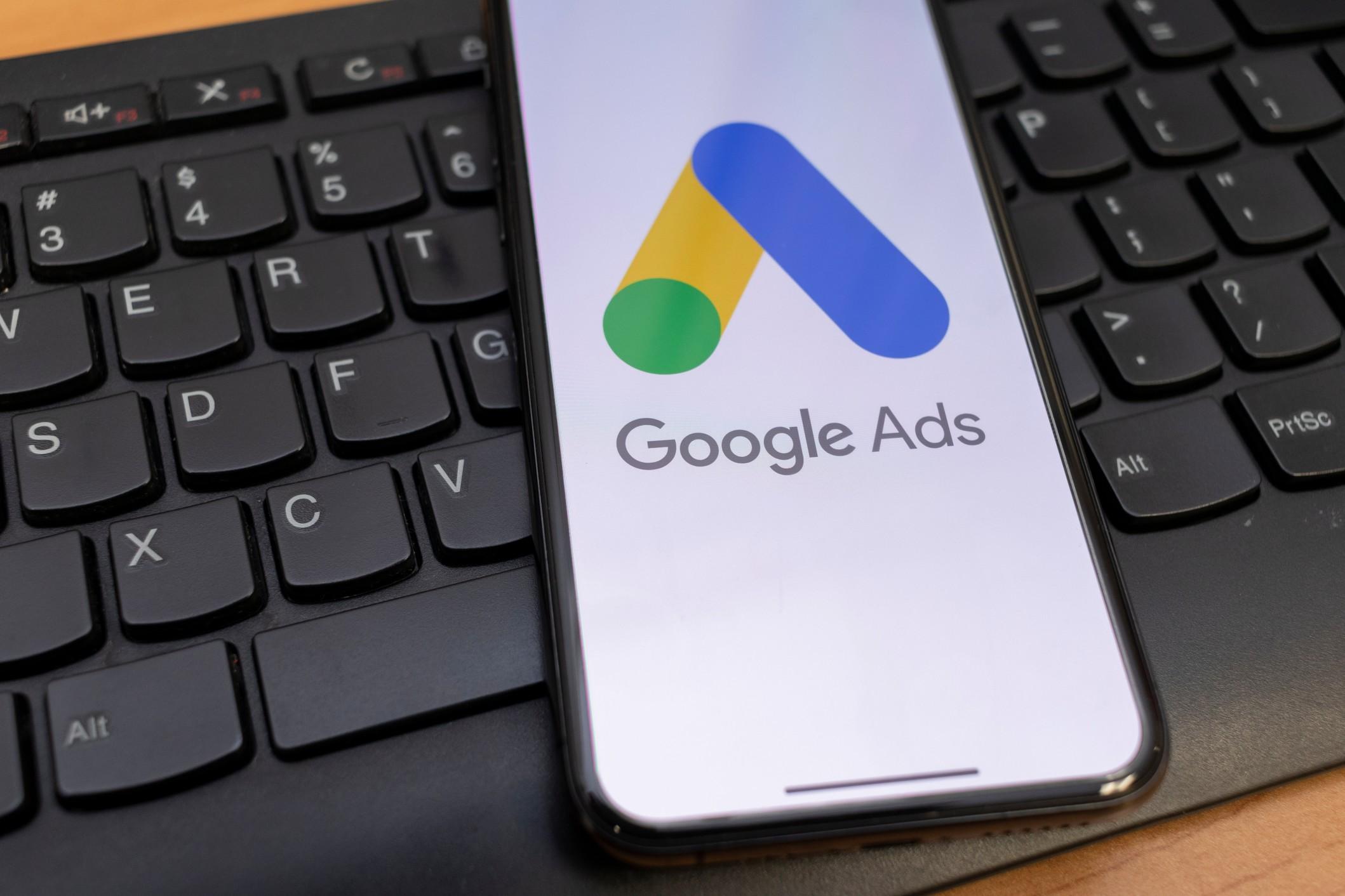 """Google Ads abbandonerà presto il """"pay per click"""" a favore di un costo di conversione stabilito dall'intelligenza artificiale"""
