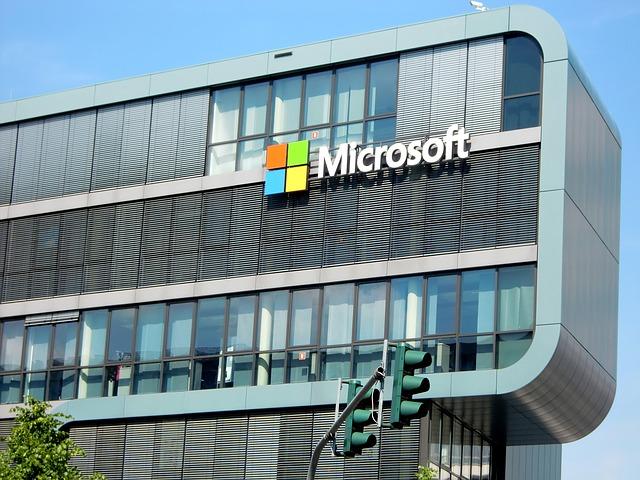 Microsoft apre agli sviluppatori: Amazon tra le prime ad entrare